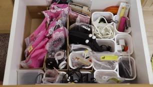 用透明收纳袋或收纳盒收纳且标注电线等零散物品