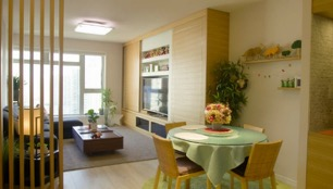 客厅里露出大面积的家具,不放装饰品以外的物品