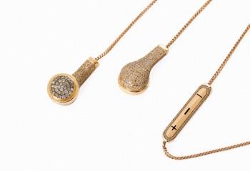 """除了时尚老佛爷身上戴德那款白金质地的""""耳机""""项链外,还有玫瑰金+钻石材质的更加奢华"""
