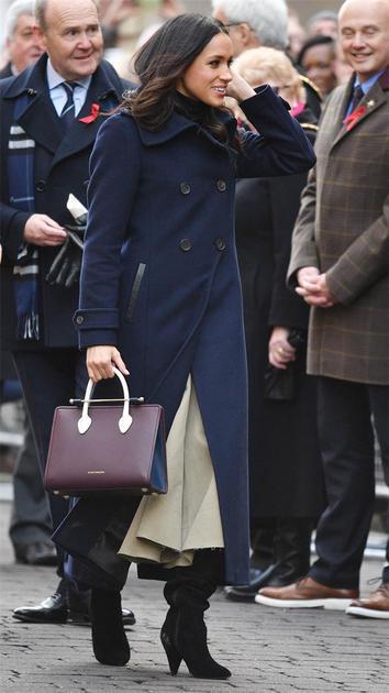 Meghan Markle穿着英国鞋履品牌Kurt Geiger短靴手提英国爱丁堡品牌Strathberry包袋