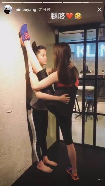欧阳娜娜跟姐姐妮妮一起健身房里练起劈腿功