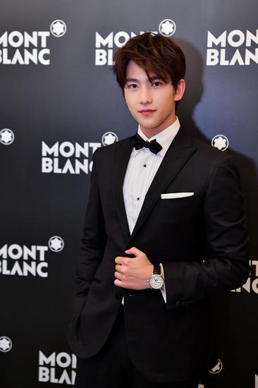 万宝龙品牌大使杨洋在成为品牌大使当天的发布会中,黑色西服搭配万宝龙全新明星系列腕表