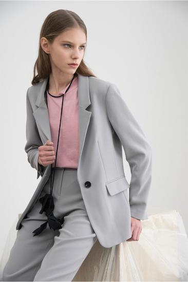蒋梦婕穿着Simple Pieces灰色西装青春时髦