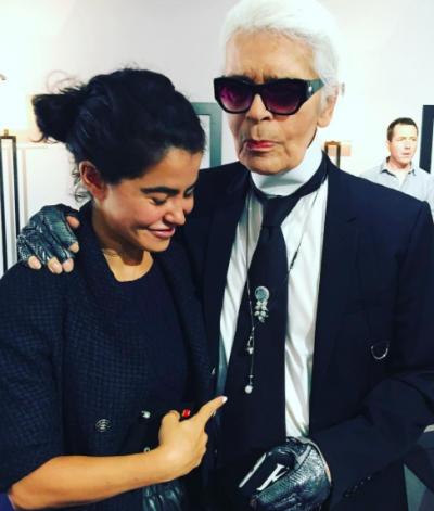 """Karl Lagerfeld佩戴Nadine Gohsn设计的""""耳机""""项链与她合影"""