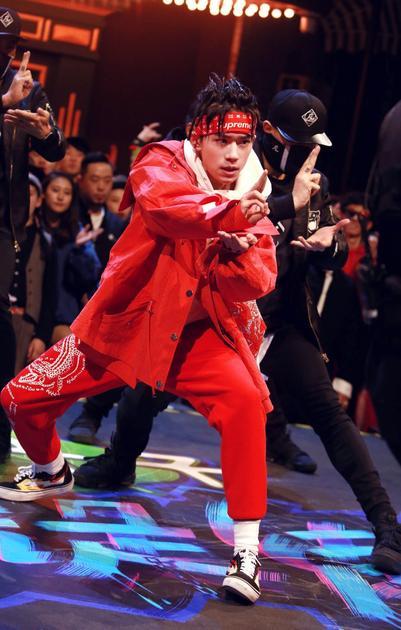 易烊千玺炫舞技 帅气红装迎18年开门红