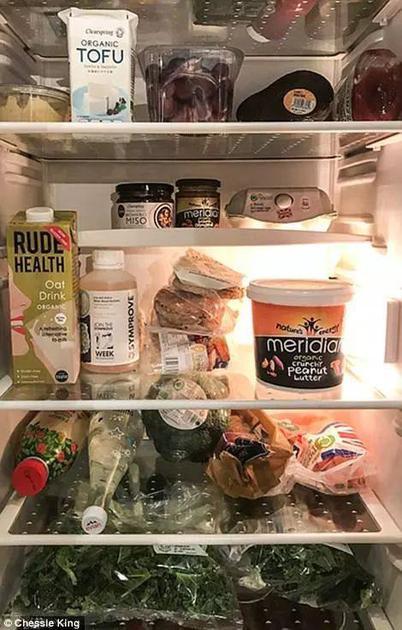 打开她的冰箱,里面基本上都是蔬菜