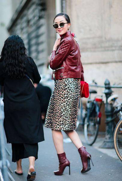 豹纹裙配红色皮衣街拍