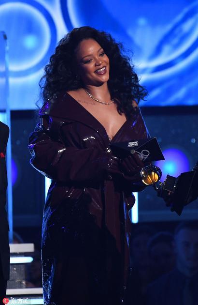Rihanna身着Alexandre Vauthier漆皮外套佩戴Le Vian品牌巧克力色钻石耳坠