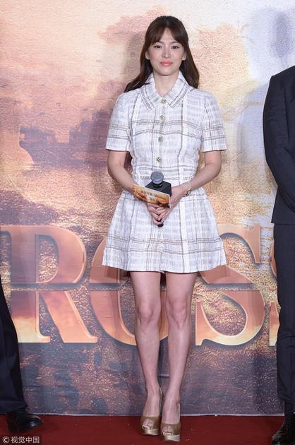 宋慧乔穿浅色格纹裙