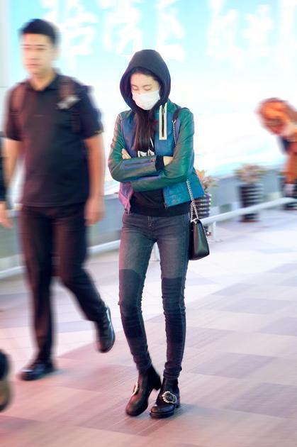 张碧晨素颜现身机场 拼色皮衣活力十足