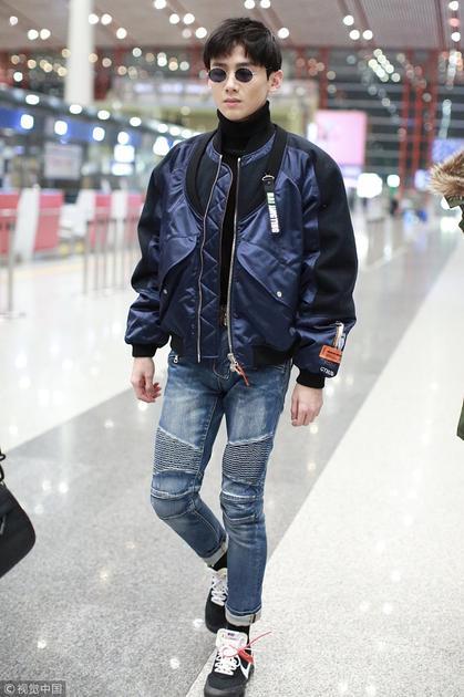 白敬亭运动风搭配现身机场 大长腿抢镜