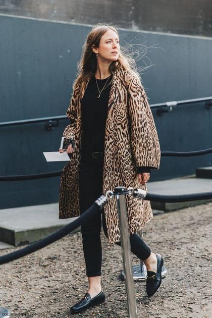 驼色系豹纹外套配黑色内搭街拍