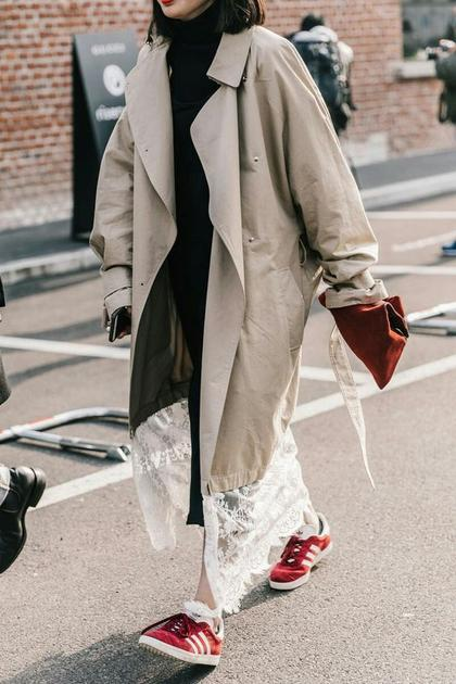 酒红色包包配驼色系大衣