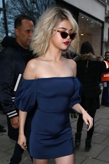 赛琳娜-戈麦斯身穿抹胸修身短裙