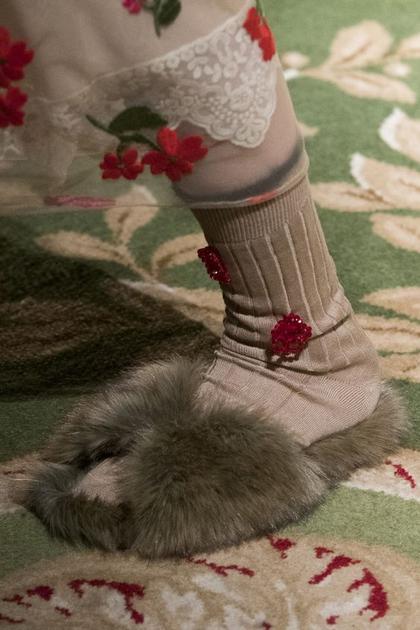 秀场中的皮草拖鞋