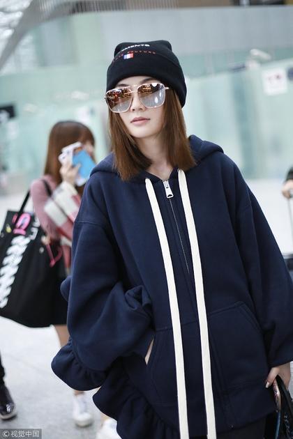 蔡卓妍风格大变 机场街拍满满嘻哈风