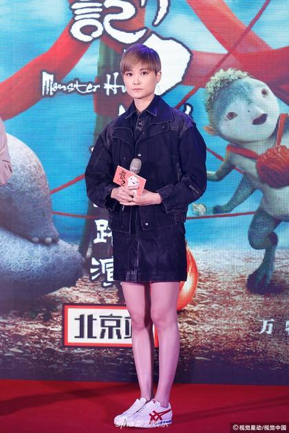 李宇春穿短裙为电影做宣传