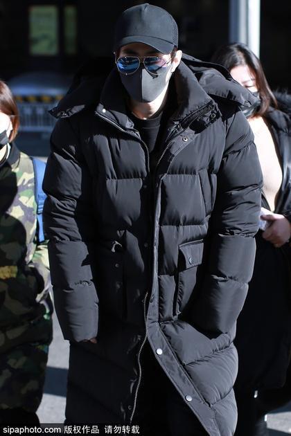 陈学冬长款羽绒服保暖 全黑造型酷帅难挡活捉冰巨魔