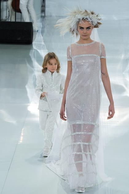 Chanel 2014春夏高级定制系列为Cara拖着裙摆