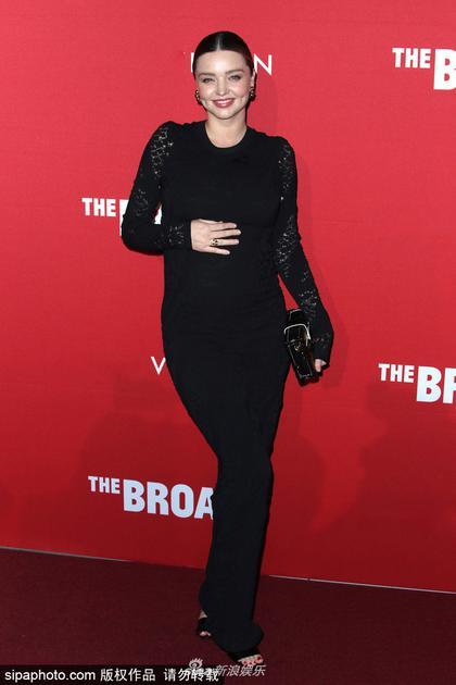 米兰达可儿黑裙优雅孕肚明显 老公贴身陪伴幸福洋溢18av爱库在线观看