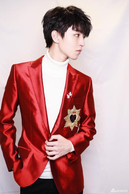 王俊凯身着DolceGabbana 2018春夏鲜艳热烈的红色修型西装