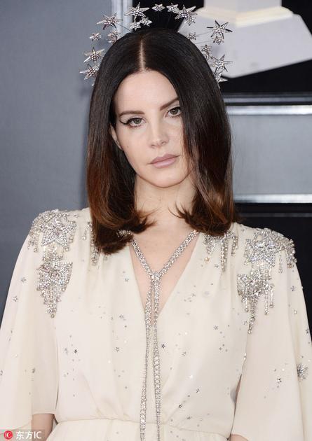 "Lana Del Rey头戴Gucci星星头饰自带""光环"""
