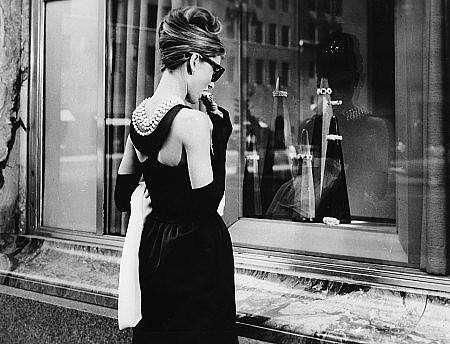 赫本在《蒂凡尼的早餐》中穿着 纪梵希先生设计的小黑裙