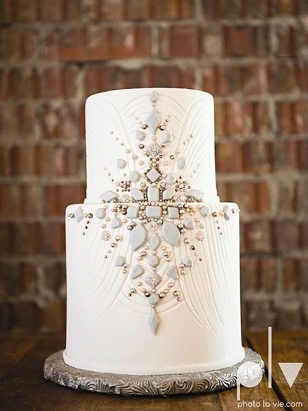 风格一致的珠宝装饰蛋糕
