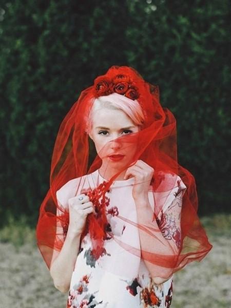 大红色头纱