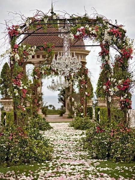 铁杆为门,树枝和鲜花装饰