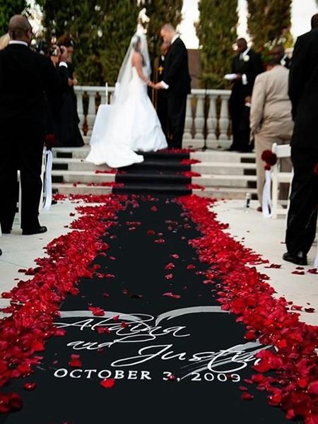黑色地毯+红色玫瑰花瓣