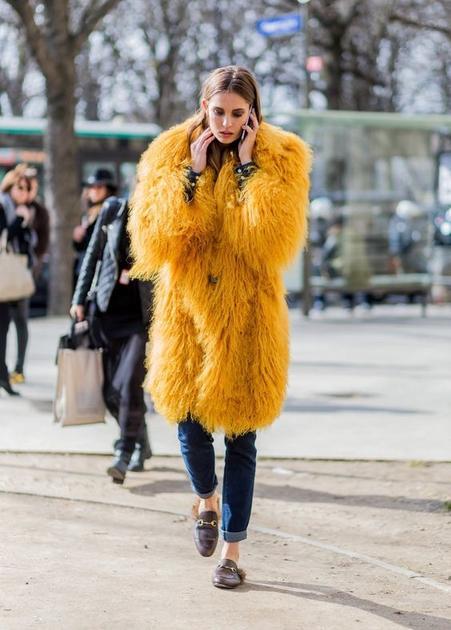 姜黄色皮草大衣街拍