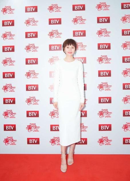 袁泉身着DVF白色连衣裙,搭配ReneCaovilla芮妮乔薇拉高跟鞋