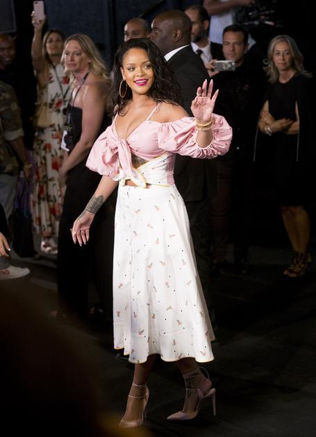 蕾哈娜穿粉色低胸上衣