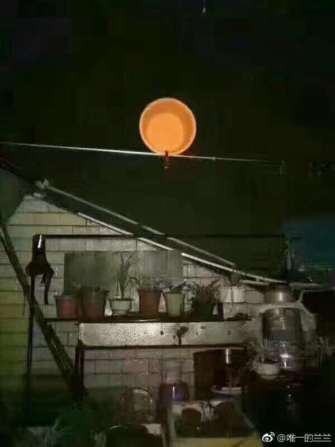网友费尽心机拍下的月亮