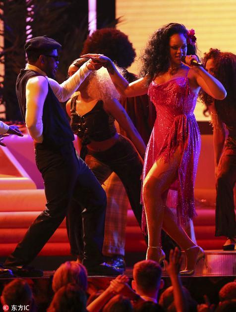 Rihanna换上Adam Selman吊带流苏裙,佩戴Jill Heller耳坠