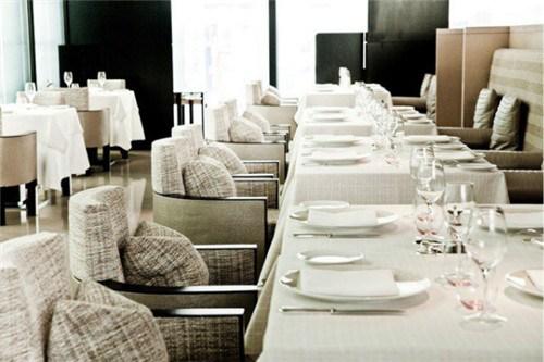 采用Chanel经典的粗呢花布置餐厅