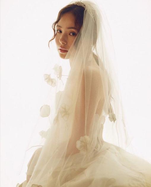 闵孝琳身着Oscar de la Renta 2018秋冬系列婚纱佩戴CHAUMET Joséphine加冕-爱系列冠冕