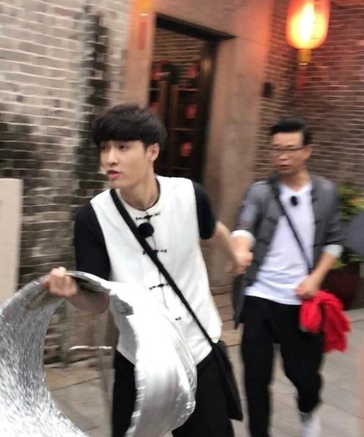 李易峰抽皮带都上热搜 人气型男都有哪些抢镜歪招
