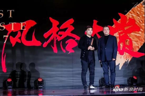 颁奖嘉宾:新浪网副总裁邓庆旭