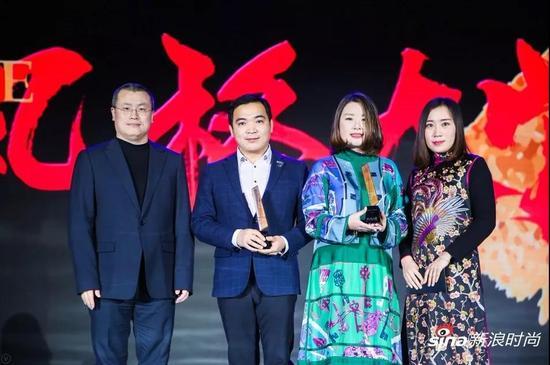 颁奖嘉宾:新浪网副总裁邓庆旭、京绣代表性传承人田丽
