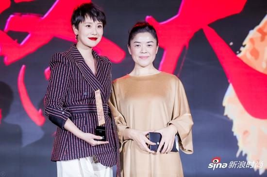 中国当代独立艺术家崔岫闻女士(右一)为海清(左一)颁奖