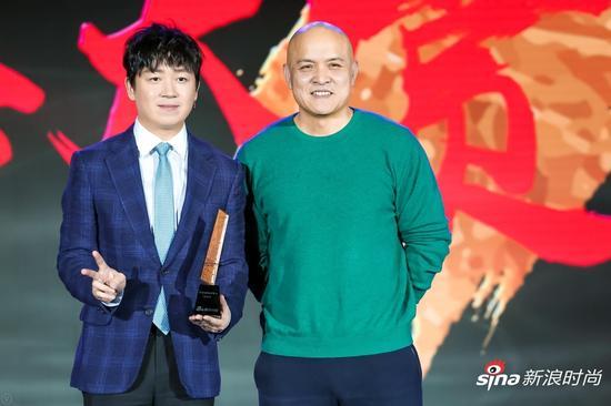 中国当代著名人物画家史国良先生为潘粤明颁奖