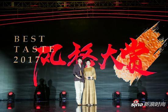 """海清(左一)荣获""""年度女性榜样艺人""""大奖"""