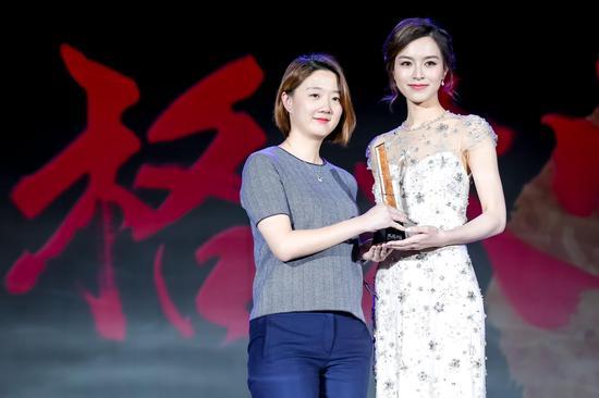 """演员文咏珊为天梭表中国区市场总监张冰妮女士颁发""""2017风格大赏"""" 年度腕表品牌奖杯。"""