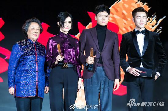 梁季兰女士(左一)和时尚美妆专家李铭泽(右一)为年度时尚态度艺人获奖者尚雯婕(左二)和高云翔(右二)颁奖