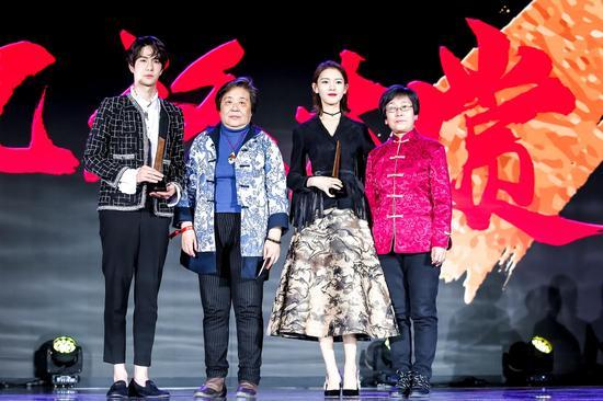 金漆镶嵌代表性传承人武国芬女士、北京仿古瓷代表性传承人白莉女士为王一博、陈瑶颁奖