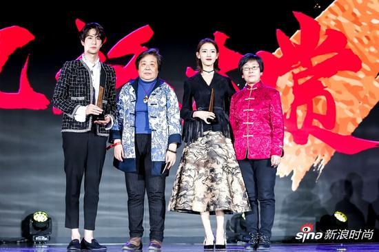 金漆镶嵌代表性传承人武国芬女士(左二)、北京仿古瓷代表性传承人白莉女士()为王一博、陈瑶颁奖