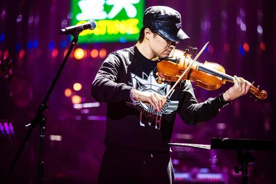 汪峰拉小提琴