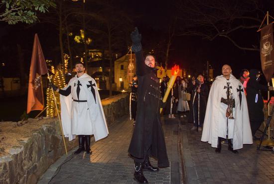 """在身着中世纪服装的""""骑士""""的护卫下进入城堡"""